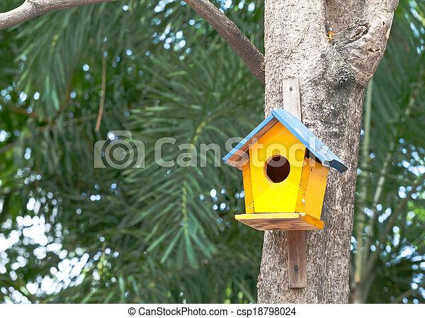 Pajarito amarillo en un árbol - csp18798024
