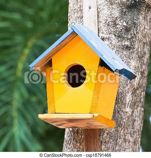 Pajarito amarillo en un árbol - csp18791466