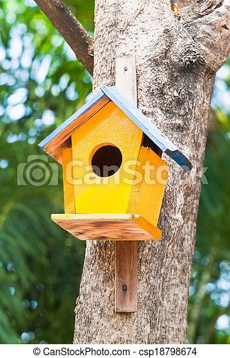 Pajarito amarillo en un árbol - csp18798674