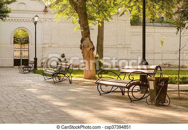 Benches, árboles, lámparas en el parque. - csp37394851