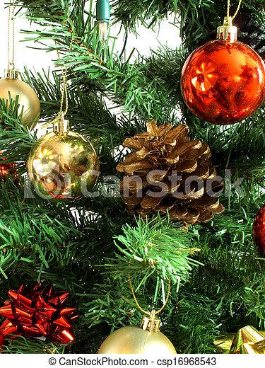 Cono de pino en un árbol de Navidad - csp16968543