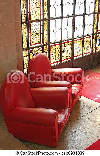 Sofas en el área de espera con vidriera manchada - csp0931839