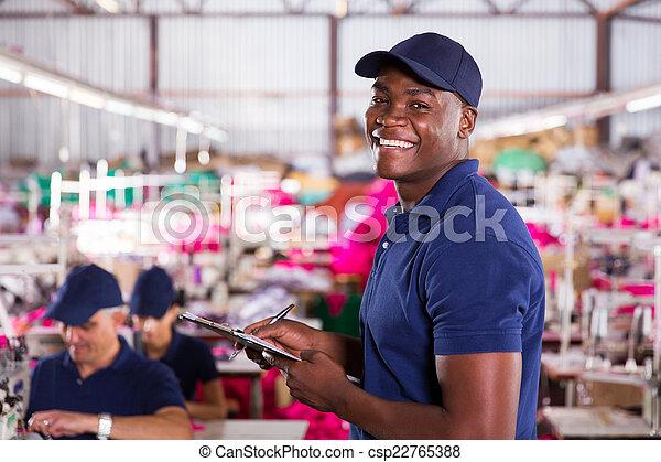 Trabajador de fábrica textil africano en el área de producción - csp22765388