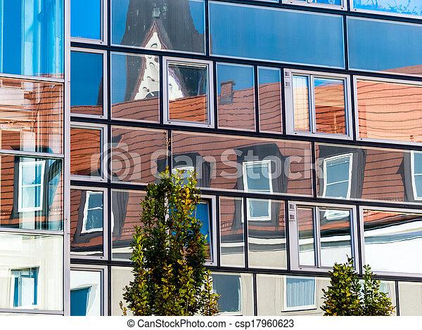 El ático se refleja en el vidrio - csp17960623
