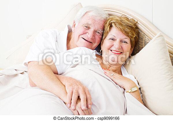 äldre koppla, krama, säng, lycklig - csp9099166