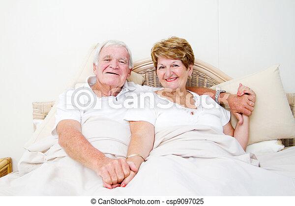 äldre koppla, säng, avkopplande, lycklig - csp9097025