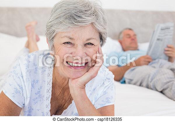 ältere Frau Bett Mann Frau Bett Hintergrund Portrait Haupt