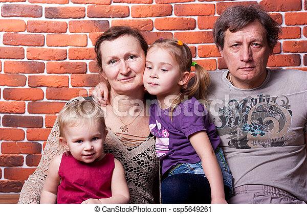 ältere, paar, enkelkinder, glücklich - csp5649261