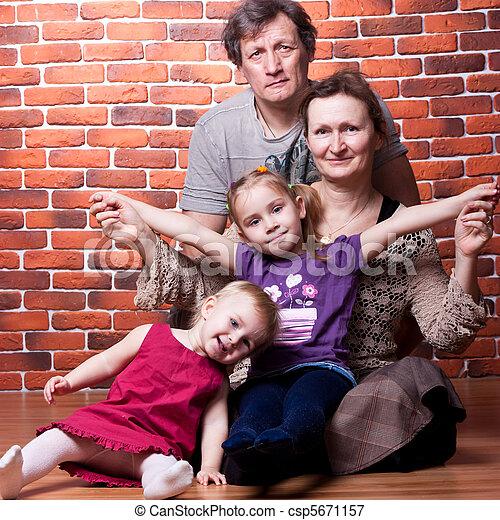 Glückliche Senioren und Enkelkinder - csp5671157