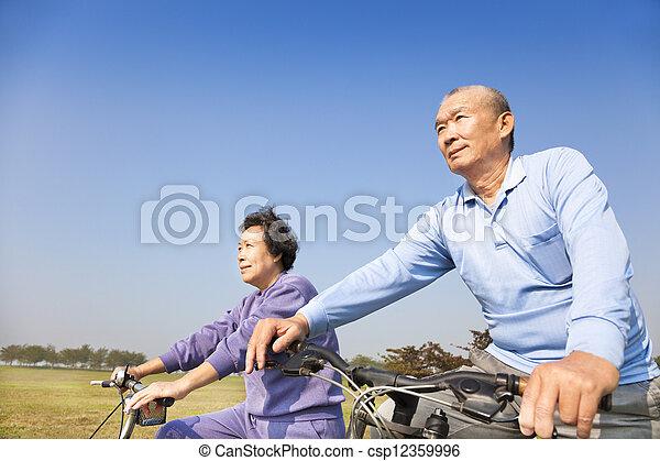 Glückliche ältere Senioren, ein Fahrradfahren - csp12359996