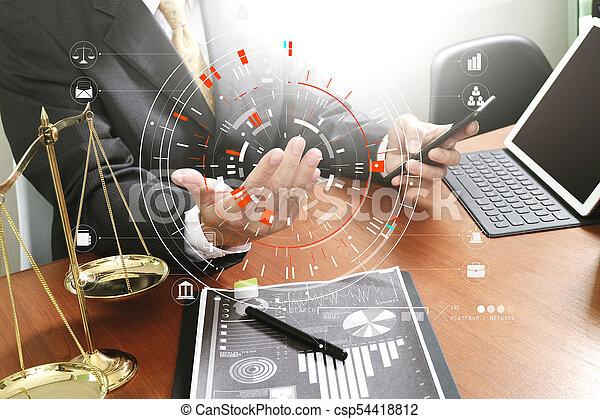Échelle bureau justice concept.male bois avocat table laiton