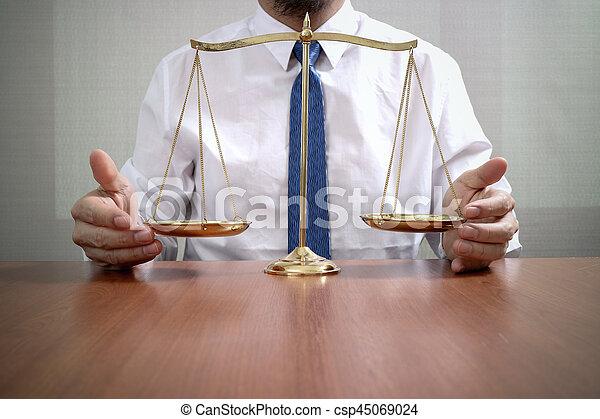 échelle, bureau, justice, concept.male, bois, avocat, table, laiton, droit & loi - csp45069024