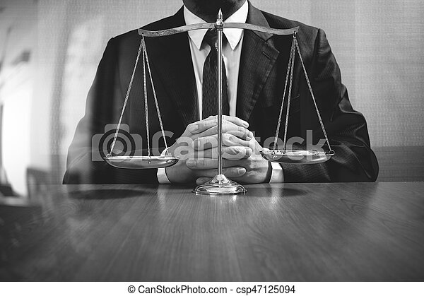 Échelle de poids de justice avocat travaillant dans le bureau