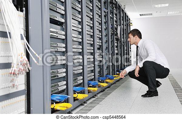 Joven ingeniero en la sala de servidores - csp5448564