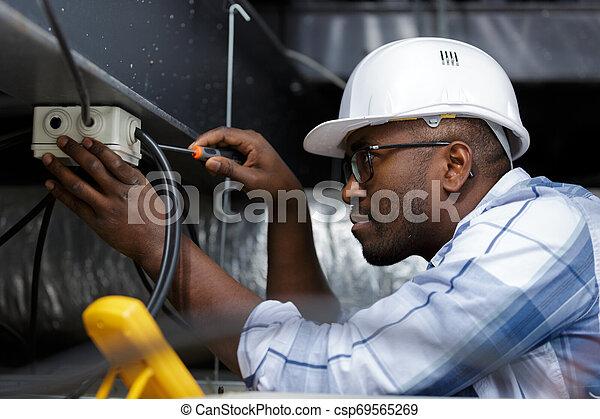 électricien, travail, électrique, exécute - csp69565269