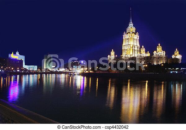 élevé, bâtiment, nuit - csp4432042