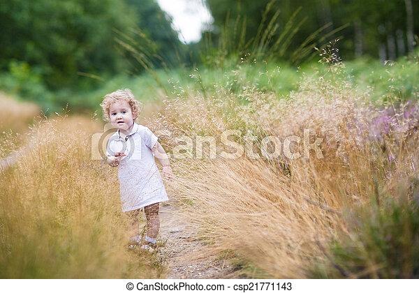 élevé, marche, bouclé, parc, automne, dorlotez fille, herbe, adorable - csp21771143