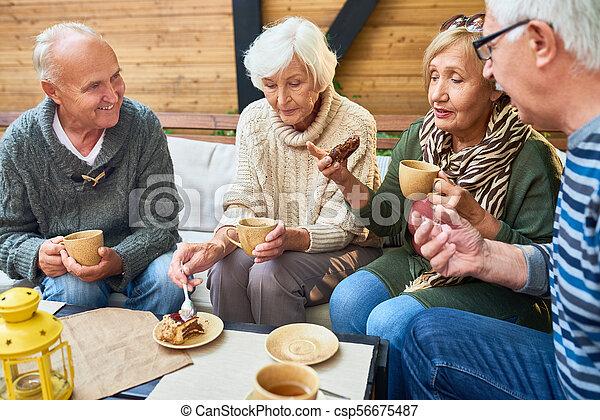 élvez, uzsonna, idősebb ember, kávéház, barátok - csp56675487