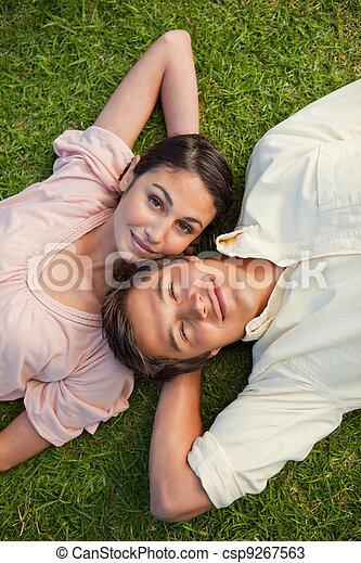 épaule, reposer, yeux, femme, cou, elle, tête, leur, derrière, herbe, ouvert, bras, mensonge - csp9267563