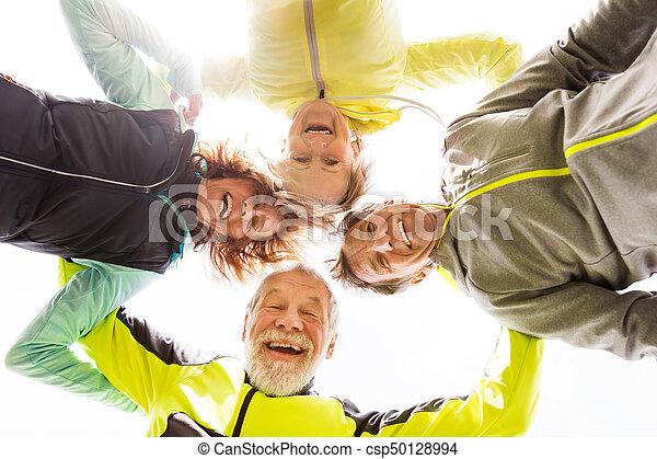 épaules, groupe, autour de, bras, reposer, dehors, personne agee, coureurs - csp50128994