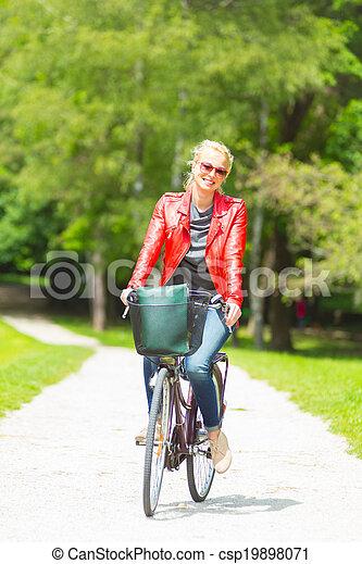 équitation, femme, jeune, bicycle. - csp19898071