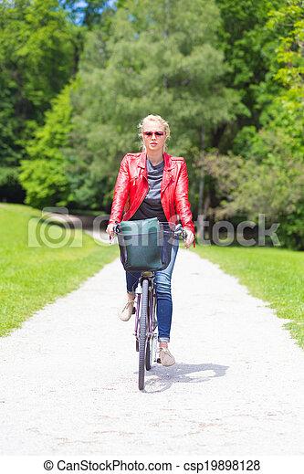 équitation, femme, jeune, bicycle. - csp19898128