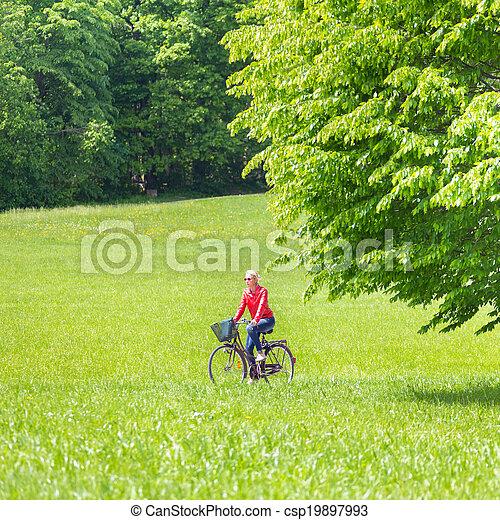 équitation, femme, jeune, bicycle. - csp19897993