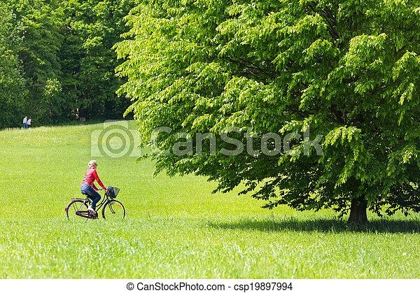 équitation, femme, jeune, bicycle. - csp19897994
