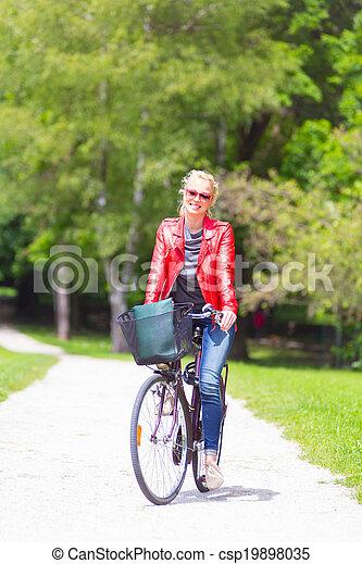 équitation, femme, jeune, bicycle. - csp19898035