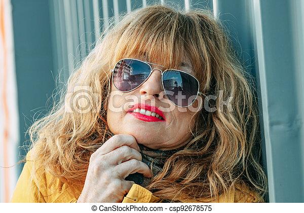 senior látszó nő