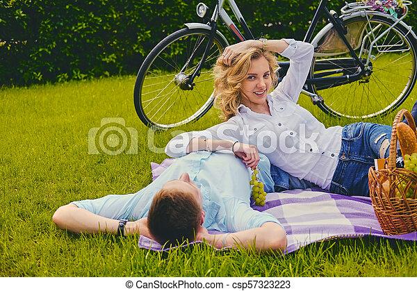 été, couple, park., pique-nique - csp57323223