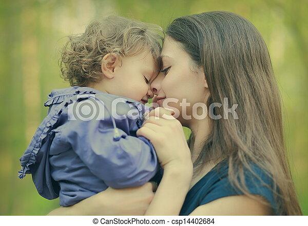 été, extérieur, embrasser, arrière-plan., closeup, mère, bébé, portrait, girl, aimer, heureux - csp14402684