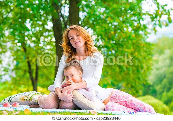été, famille, ensoleillé, parc, poser, jour, incomplet - csp23923446