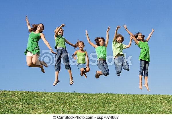 été, gosses école, groupe, camp, sauter, course, mélangé, ou, heureux - csp7074887