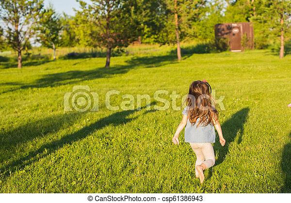 été, peu, park., amusement, girl, avoir, heureux - csp61386943