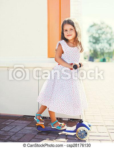été, peu, scooter, jour ensoleillé, dehors, amusement, portrait, girl, avoir - csp28176130