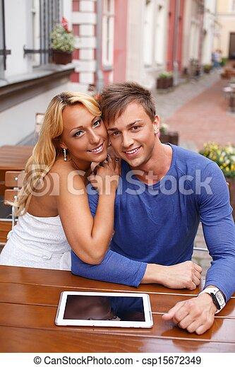 été, tablette, couple, jeune, pc, derrière, élégant, table, café, heureux - csp15672349