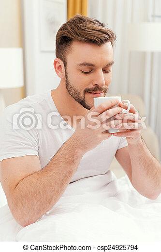 ögon, bra, coffee., holdingen, hålla, kopp, startar, ansikte, ha, ung, säng, morgon kaffe, stängd, leende herre, frukost, stilig - csp24925794