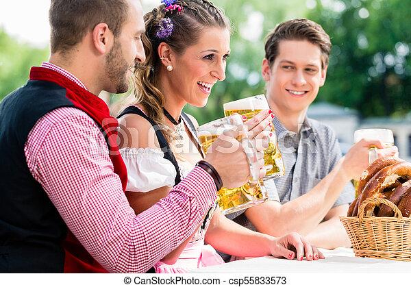 öl, bavaian, salt kringla, gästgivargård, folk - csp55833573