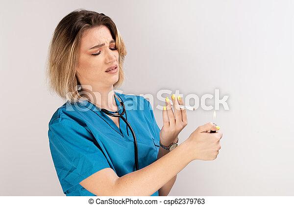 látszó női orvos