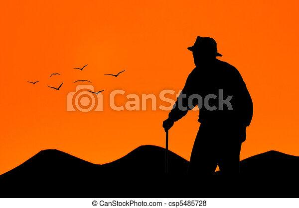 öreg, gyalogló, napnyugta, ember - csp5485728