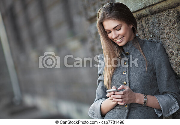 överföring, le womanen, sms, gata - csp7781496