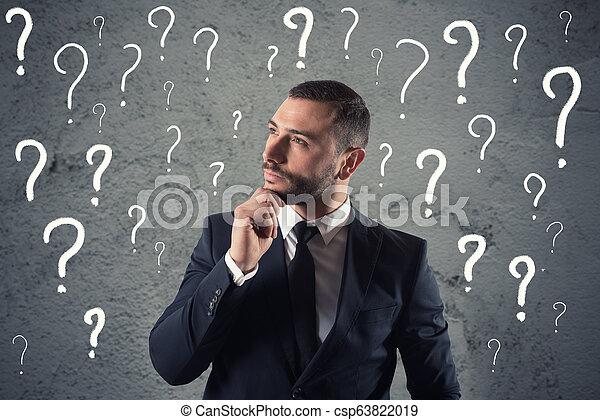 Verwirrte und einfühlsame Geschäftsmänner sorgen sich um die Zukunft - csp63822019