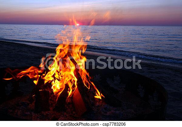 überlegen, lagerfeuer, sandstrand, see - csp7783206