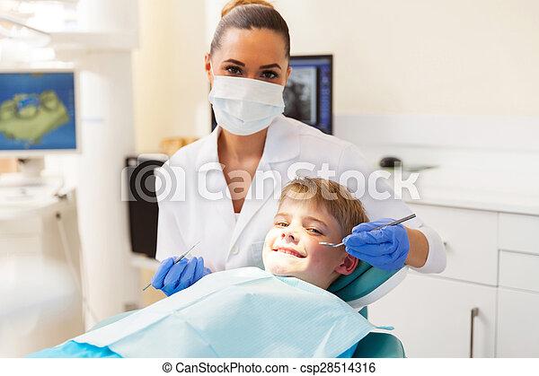 Kleiner Junge, der Zahnarzt untersucht - csp28514316