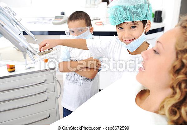 überprüfung, reihe, z�hne, verwandt, fotos, zahnarztes, kind - csp8672599