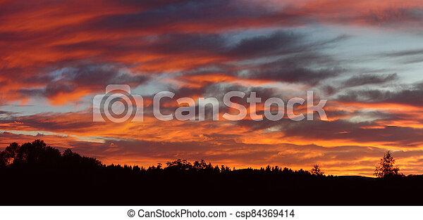 červené šaty podnebí, nad, red-lit, mračno, krajina, -, konzervativní - csp84369414