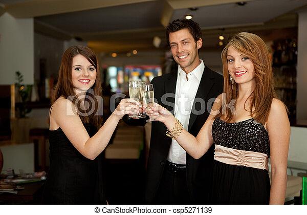świętując, przyjaciele - csp5271139