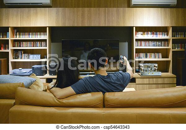 życie pokój, oglądający film, para, noc, szczęśliwy - csp54643343