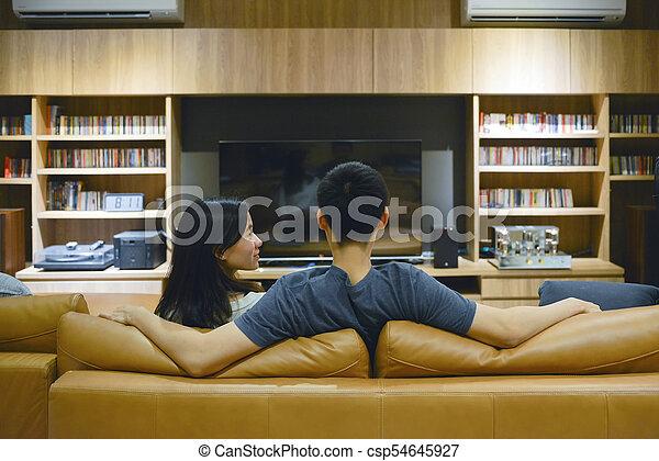 życie pokój, oglądający film, para, noc, szczęśliwy - csp54645927
